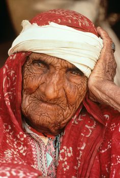 Pakistan Portrait by Steve McCurry Steve Mccurry, Old Faces, Many Faces, We Are The World, People Around The World, Photo Portrait, Before Us, World Cultures, Interesting Faces