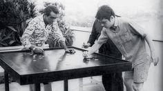 1970. Chico Buarque e Chico Anysio jogando futebol de botão, com Vinicius de Moraes como juiz. Foto: Newton M. Siqueira/VEJA
