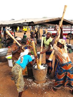 Pounding Fufu - Ghanaian women are preparing their meal