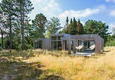 Arkitektene beskriver det nydelige, sobre sommerhuset som et uterom med tak over.