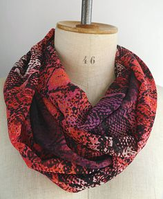 c5932a81fda7 red scarf snake red infinity scarf snake infinity scarf red Tour De Cou  Femme, Peau