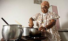 Preparo de comida em um terreiro de candomblé em Salvador, estado da Bahia, Brasil. A comida baiana tem raízes no candomblé.  Fotografia: Eduardo Knapp / Folhapress.