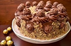 Este minunată prăjitura din albușuri cu mac și nucă de cocos, cu o textură densă, iar crema de ciocolată, pur și șimplu i-a desăvârșit gustul!