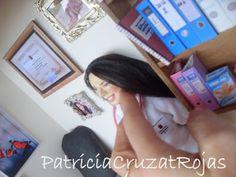 Patricia Cruzat Artesania y Color: Para Ella, que es doctora, un cuadro personalizado con miniaturas y su figura personalizada