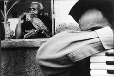 """O fotógrafo Tiago Santana é natural de Crato, município localizado no interior do Ceará, vizinho a Juazeiro do Norte. E foi em meio a esse universo de religiosidade, muito em função da romaria do Padre Cícero, que Santana iniciou o seu desenvolvimento com a fotografia.  Já rodou o mundo expondo seu trabalho. Foi o segundo brasileiro, junto à Sebastião Salgado, a ter seu trabalho publicado na importante coleção de fotografia mundial """"Photo Poché""""."""