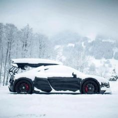 I think it's snowed!? Snow covered Audi R8 still looks stunning!