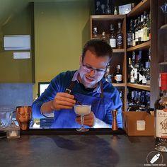 Gran concentración del bartender Javier González al dar el último toque con unas gotitas de Angostura .    #CopasConEstilo #Bartender #Cocktail #Coctelería #Cóctel #Cócteles #Madrid #CóctelesEnMadrid Bar, Madrid, Selfie, Style, Selfies