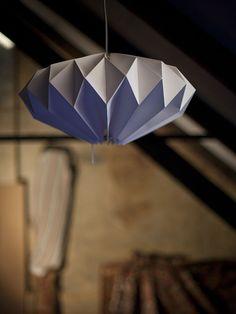 Stínidlo PLISÉ star Krásné, ručně skládané origami svítidlo z bílého, tvrdého, luxusního papíru, který krásně drží tvar hvězdy. Ke stínidlu je tvarovaná ivánoční dekorace! Výška stínidla 25cm, průměr cca 48cm. Stínítko se dá použít jako závěsná lampa. Podstavec či elektrické kabely a světelný zdroj stínidla nejsou v ceně. Ale k stínidlům ...