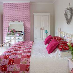 Weiß und rosa Schlafzimmer mit Patchwork …Wohnideen Living Ideas