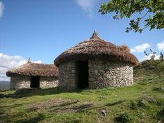 Rebuilt ancient Celtic houses - Castro do Cossourado hill fort, Paredes de Coura. (Photo: José Martinez)
