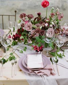 From @josevillaworkshops | Photo @kobybrown __ Host @josevilla Planning & Design @duetweddings Floral design @nicamille Floral assistant @lamusadelasflores Stationery @ambermoondesign Table tops @casadeperrin Linens @latavolalinen __