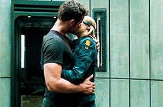 Tris and Four Kiss ~Allegiant~ Divergent Memes, Divergent Fandom, Divergent Trilogy, Divergent Insurgent Allegiant, Tris Y Tobias, Divergent Theo James, Tris E Quatro, Shailene Woodly, Tris And Four