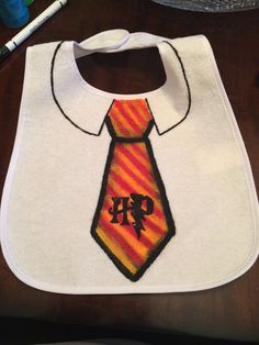 Hand painted baby bib Harry Potter - Baby clothing boy, Baby clothing girl, Gender neutral and baby clothing Baby Boy Outfits, Outfits For Teens, Harry Potter Diy, Baby Party, Baby Bibs, Baby Fever, Crafts To Sell, Baby Dress, Baby Shower Gifts