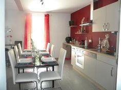 cuisine avec murs rouge et meubles blancs - Cuisine Taupe Claire Et Mur Eb