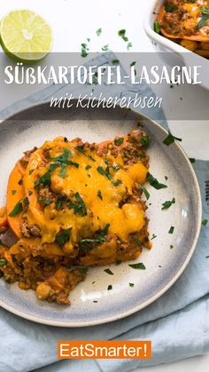 Süßkartoffel-Lasagne mit Kichererbsen - Vegetarische RezepteThe sweet potato lasagna with chickpeas can also be enjoyed vegetarian and even vegan without any problems! The minced meat can simply be replaced by the same amount of mushrooms, with crea Healthy Meal Prep, Healthy Dinner Recipes, Healthy Snacks, Vegetarian Recipes, Healthy Eating, Vegetarian Sweets, Vegan Vegetarian, Potato Lasagna, Lasagna Soup