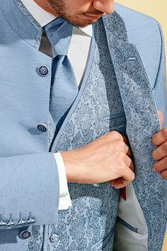 Light-blue trouwpak van een zeer volle stof. De voering van het jasje matcht bij het unieke gilet.