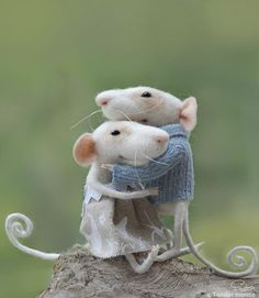 It does not get any cuter than this romantic couple farmer MICEdolls & miniaturesneedle by TenderMouse. Needle Felted Animals, Felt Animals, Baby Animals, Cute Animals, Wet Felting, Needle Felting, Stuffed Animals, Felt Mouse, Wool Art