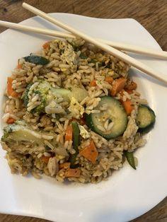 Riz sauté aux légumes et aux œufs : Il arrive que j'ai parfois la main lourde en cuisinant, surtout en préparant les féculents. Je sais que je pourrais toujours les repasser dans une salade de riz ou de pâtes ou pour les casse-croûtes à emporter au travail par exemple, il y a toujours à faire… Cette fois, j'ai eu envie de valoriser davantage […] Wok, Fried Rice, Fries, Ethnic Recipes, Salads, Frozen Broccoli, Rice Salad, Cooking Recipes, Bon Appetit