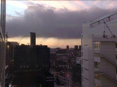 Regenbuien in Den Haag gezien vanaf het stadhuis