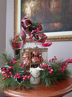 8 essential for a golden Christmas decoration - HomeCNB Christmas Chandelier, Christmas Lanterns, Christmas Decorations For The Home, Christmas Centerpieces, Holiday Decor, Woodland Christmas, Rustic Christmas, Christmas Home, Christmas Wreaths
