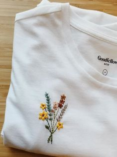 Simple Embroidery Designs, Embroidery On Clothes, Embroidered Clothes, Hand Embroidery Patterns, Embroidery Stitches, T Shirt Embroidery, Diy Vetement, Diy Clothing, Diy Fashion