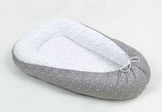 MAMO-TATO Kokon otulacz dla niemowląt   Dwustronny kokon, otulacz, gniazdko dla niemowląt. Dzięki niemu zapewnisz swojemu maluszkowi poczucie bliskości i bezpieczeństwa. Kokon to przenośny leżaczek - łóżeczko. Można je zabrać wszędzie:  do łóżka rodziców - aby miał swój prywatny kawałek łóżka, a Wy rodzice komfort snu i brak obawy, że przygnieciecie swoje maleństwo. na dywan - posłuży jako leżak i ciepłe bezpieczne gniazdko. na kanapę - będziesz spokojna o to, że maluszek się nie sturla