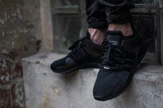 Adidas Equipment ADV triple black. Schwarze Sneaker mit drei Streifen
