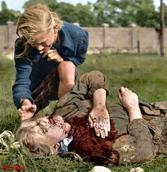 Dziesięcioletnia Kazia Mika nad zwłokami siostry zabitej w czasie niemieckiego nalotu 13 września 1939 roku w Warszawie.  Autor: Julien Bryan