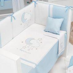 Edredón con protector y cojín a juego de la colección Nube azul de Pirulos. Incluye las 3 piezas: Edredón, protector de cuna y cojín a juego. El edredón está disponible en varias medidas. Los edredones de la marca Pirulos son desenfudables aprovechando su uso tanto en invierno como en verano, facilitando su lavado y prolongando la duración de la prenda.Todos los rellenos están fabricados con fibras siliconadas de última generación para una mayor confortabilidad y calidez. Estas fibras son…