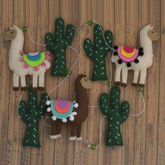 Varal de Lhama Felt Garland, Felt Ornaments, Holiday Ornaments, Felt Christmas, Christmas Crafts, Llamas, Sewing Crafts, Sewing Projects, Diy And Crafts
