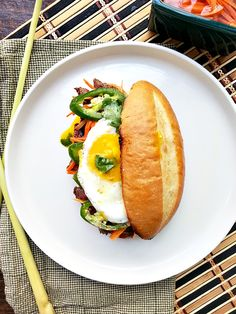 Possibly the best banh mi: Flavorfu lmarinated lemongrass steak banh mi with sriracha aioli, pickled carrots and daikon, and of course, a fried egg! Wrap Recipes, Beef Recipes, Yummy Recipes, Sriracha Aioli, Pickled Carrots, Marinated Beef, Juicy Steak, Avocado Smoothie, Asian