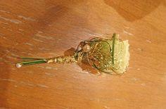 Anstecker oder Boutonniere für den Bräutigam mit weißer Rose und Gold von Passiflori Blumen Penzberg