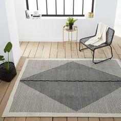Le tapis tissé plat façon kilim, Loscan. Inspiré des   kilims   traditionnels, fabrication artisanale et tissage main. Résistant,   il est aussi à l'aise dans un salon que sur une terrasse. Il habille les   sols avec chic et originalité.Caractéristiques du tapis tissé plat façon kilim, Loscan :100% PET*, 1600 g/m².Tissé plat, tissage main.Entretien facile.Compatible intérieur et extérieur.*Le PET est une fibre issue du recyclage des bouteilles plastique, ce qui en fait un matériau éc...