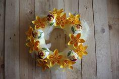 Žlutý velikonoční věnec II. - Přinášíme druhý žlutý velikonoční věnec. Tentokrát ozdobený našimi papírovými květinami, bílým peřím a vajíčky. ( DIY, Hobby, Crafts, Homemade, Handmade, Creative, Ideas)
