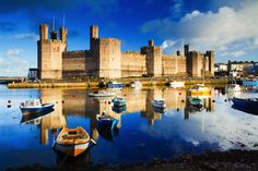 Caernarfon Castle, by Lee Beel. Caernarfon was another of Edward I's Welsh castles; the design incorporates elements of Roman and Arthurian imagery that were intended to highlight Edward's greatness. Edward I's son and heir, Edward II, was born here in Snowdonia, Welsh Castles, Castles In Wales, Wales Castle, Small Castles, English Castles, Scottish Castles, Downton Abbey, Sunday Photos