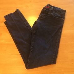 Guess DareDevil Skinny Jeans Guess skinny jeans. Size 27 is a size 4. 98% cotton/ 2% spandex. Excellent condition! Guess Jeans Skinny