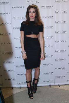 Thaila Ayala com conjunto de cropped top e saia midi .Ótima inspiração para looks total black