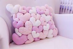 almofada de coração rosa e branco, são vários corações juntos formando uma almofada