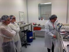 Noelia y Nuria, 2 de las 3 matronas autoras del blog http://maternitycare.es/ visitaron nuestro laboratorio  el pasado 19 de noviembre. ¡Ay que ver que atentas estuvieron!