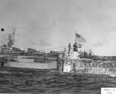 ВМС США приз экипаж пролетел США прапорщик над немецким прапорщика на захваченном U-505, 7 июня 1944 г. Флагман охотника группы, ответственной за захват, военный корабль США Гуадалканал, находится в фоновом режиме.
