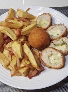 Sajtos-snidlinges pulykagolyó, szalonnás, hagymás sült krumplival! Pretzel Bites, Food And Drink, Potatoes, Bread, Vegetables, Recipes, Potato, Brot