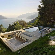 Betonový monolit u jezera Maggiore Dream Home Design, House Design, House In The Clouds, Outdoor Fireplace Designs, Casas Containers, Backyard Patio Designs, Swimming Pools Backyard, Dream House Exterior, Pool Houses