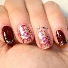 A vintage and romantic nail art design