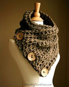 scarf ... love the gigantic buttons, oh if i could knit this!!! loooove this!