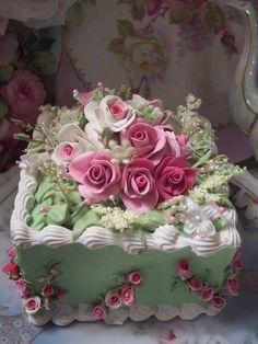 "What an elegant green cake!  It definitely screams ""celebration!"""