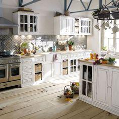 Belle cuisine campagnarde Plus Farmhouse Kitchen Decor, Country Kitchen, Kitchen Interior, New Kitchen, Ivory Kitchen, Shaker Kitchen, Kitchen White, Kitchen Chairs, Country Farmhouse