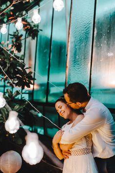 Hochzeitsfoto mit Lichterkette: Für ein romantisches Paarfoto im Dunkeln sorgen entzückende Lichterkette und Lampions für eine schöne Atmosphäre. → Entdeckt jetzt weitere Bilder einer emotionalen Hochzeit in der Orangerie in Köln bei frauimmer-herrewig.de   Foto: Tim Kurth   #hochzeitsfotos #hochzeitsfotoslichterkette #paarfotos #hochzeitsfotosromantische #hochzeitsfotosposen #paarshootingimdunkeln #hochzeitköln Vintage Wedding Theme, Wedding Themes, Wedding Ideas, Romantic, Pretty, Inspiration, Beautiful, Wedding Day