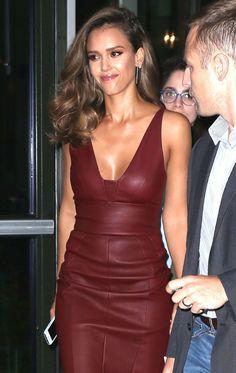 Jessica Alba circula por NY sensual em um vestido de couro decotado - Quem | QUEM News
