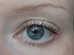 How to Wear Liquid Glitter Eyeliner via Carrying sparkly liquid eyeliner provides some whimsical pizzazz to any make-up look. Nevertheless, it may be tough to apply liquid glitter eyelin. Gold Eyeliner, Smokey Eyeliner, Simple Eyeliner, Eyeliner Pencil, Eyeliner Ideas, Brown Eyeliner, Eyeliner Brush, Glitter Eyeshadow, Simple Makeup