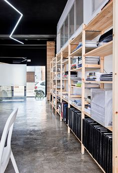Chiralt Arquitectos I Estantería de madera para oficina con múltiples usos. Suelo pulido de hormigón.